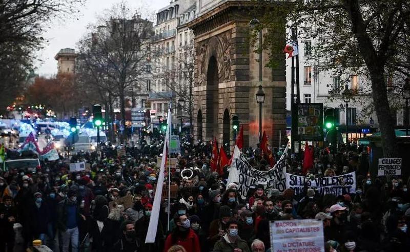 На протестах в Париже против закона о глобальной безопасности задержали свыше 100 человек