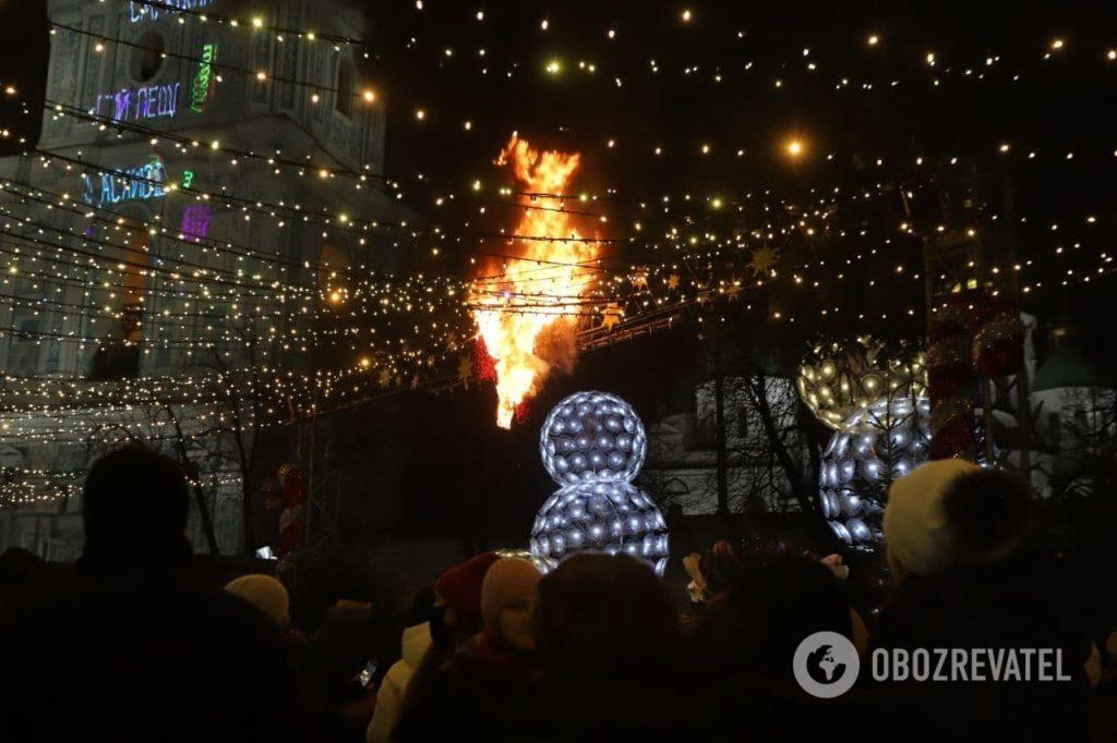 Тенденция настораживает: в Киеве во время открытия Главной елки страны загорелись декорации (ФОТО, ВИДЕО) 3