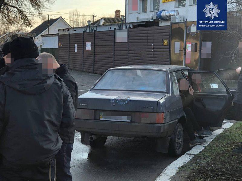 В Николаеве на пьяного водителя составили админпротокол, а его товарищем, предлагавшем 7 тыс.грн. взятки патрульным, займутся следователи (ФОТО)