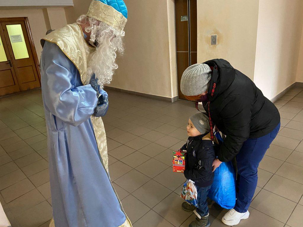 На кране и с файерами: как в Николаеве пациентов областной детской больницы с Днём святого Николая поздравляли (ФОТО) 1