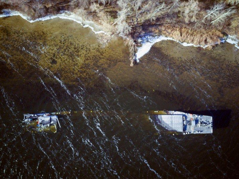 На Днепре под Запорожьем капитан затопил баржу с щебнем (ФОТО, ВИДЕО)