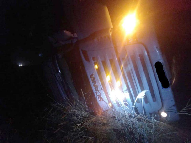 На скользкой дороге в Новобугском районе перевернулся грузовик (ФОТО)