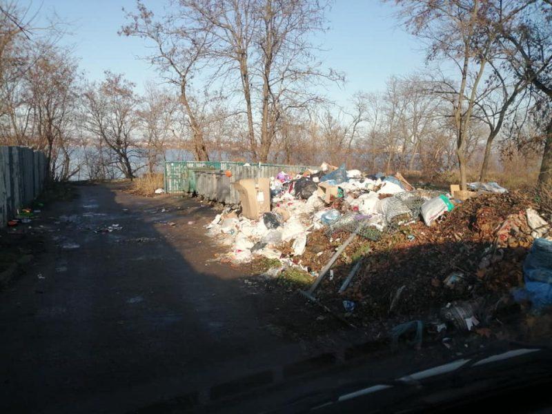 """Сенкевич услышал жалобы николаевцев на кучи мусора: """"Мы ничего не можем сделать, работайте со своими соседями"""" (ВИДЕО)"""
