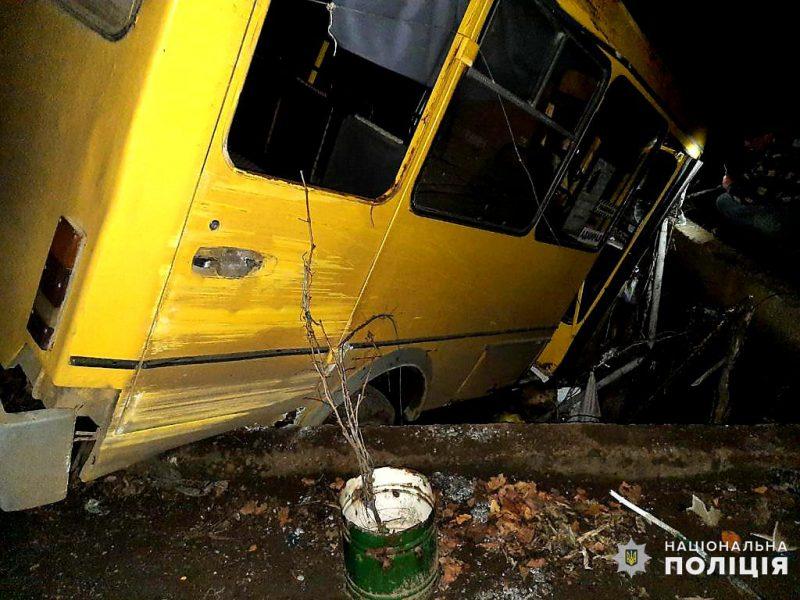 На Николаевщине маршрутка с пасажирами упала в бассейн