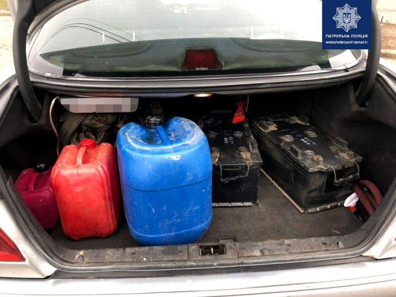 В Николаеве патрульные задержали мужчину с аккумуляторами от грузовиков и дизтопливом (ФОТО)