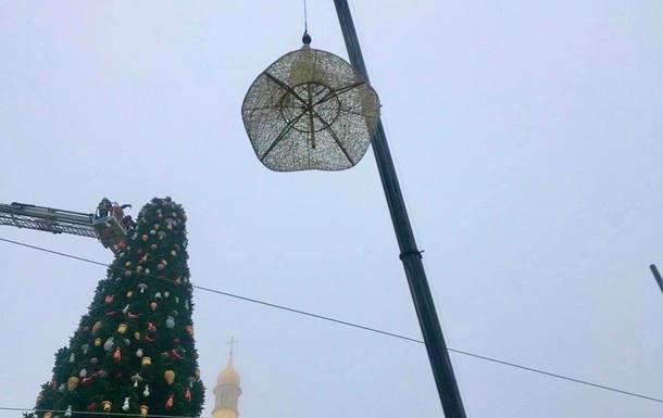В Киеве после скандала церковников поспешили снять шляпу с главной елки страны (ФОТО)