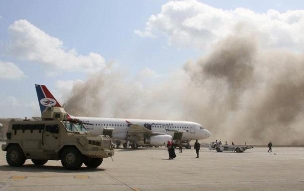 В Йемене во время прилета самолета нового правительства взорвали аэропорт — пострадало 27 человек