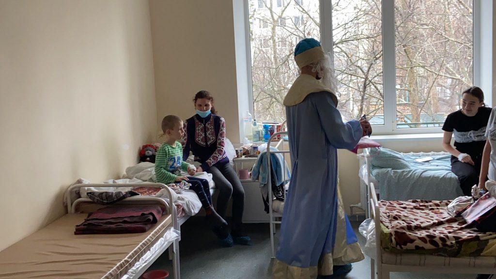 На кране и с файерами: как в Николаеве пациентов областной детской больницы с Днём святого Николая поздравляли (ФОТО) 11