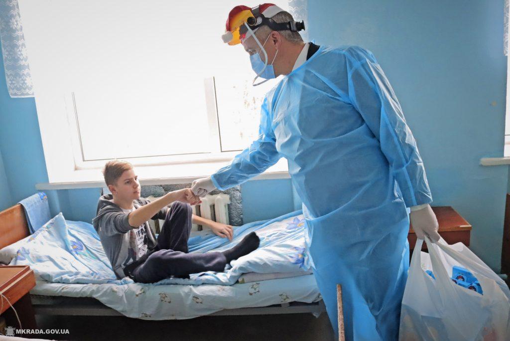 Пациенты Николаевской детской горбольницы №2 не остались без подарков на День святого Николая (ФОТО) 13