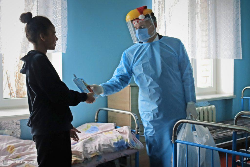 Пациенты Николаевской детской горбольницы №2 не остались без подарков на День святого Николая (ФОТО) 17