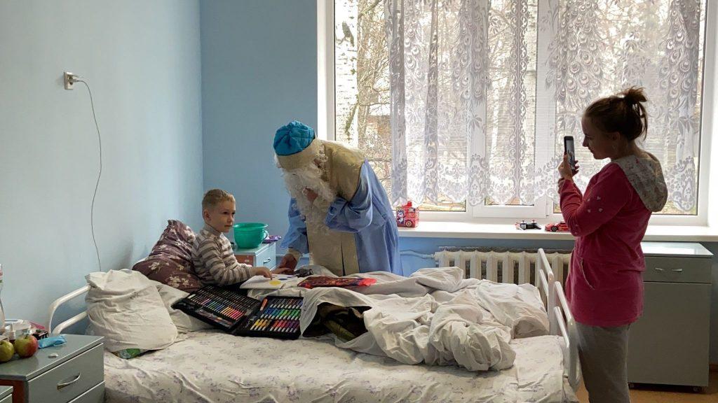 На кране и с файерами: как в Николаеве пациентов областной детской больницы с Днём святого Николая поздравляли (ФОТО) 17