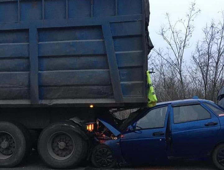 На Николаевщине ВАЗ врезался в стоящий грузовик. Водитель погиб (ФОТО)