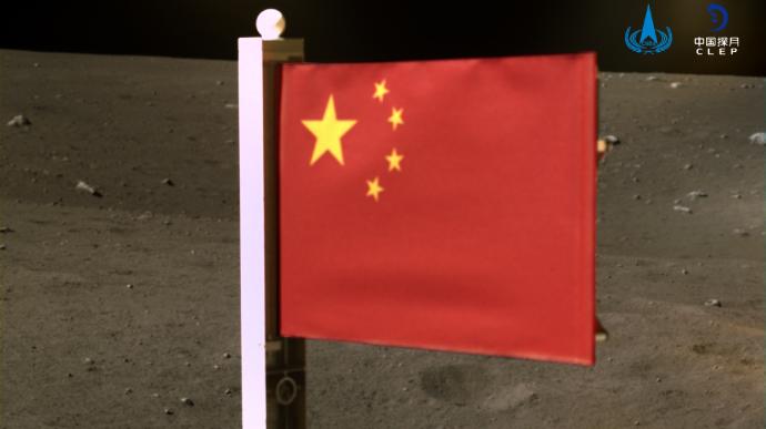 Китай поднял флаг на Луне