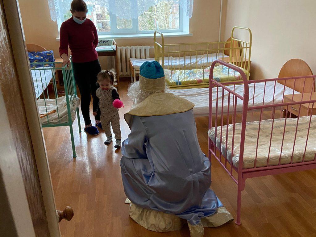 На кране и с файерами: как в Николаеве пациентов областной детской больницы с Днём святого Николая поздравляли (ФОТО) 19