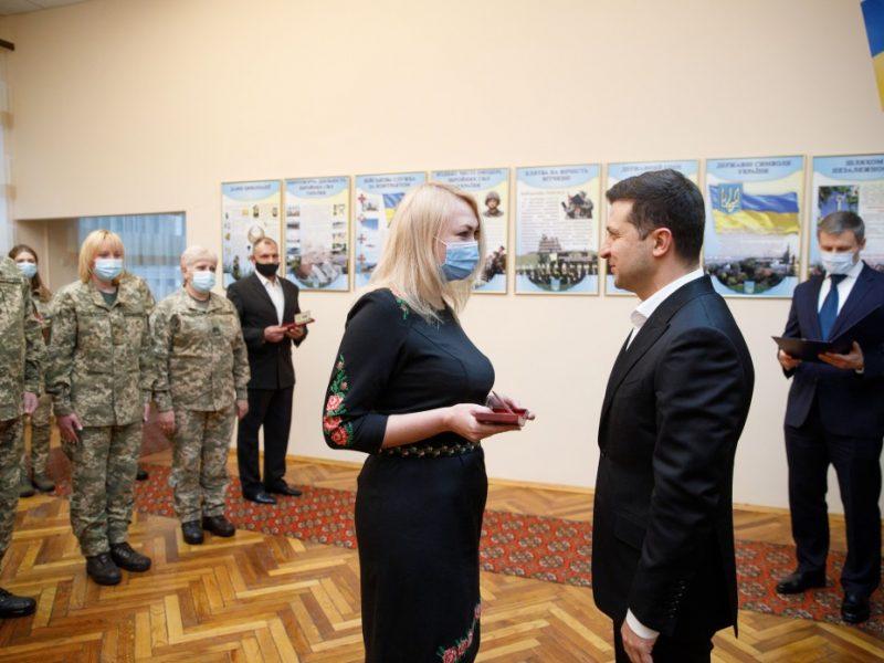 Зеленский отметил роль волонтеров в возрождении украинской армии (ФОТО)