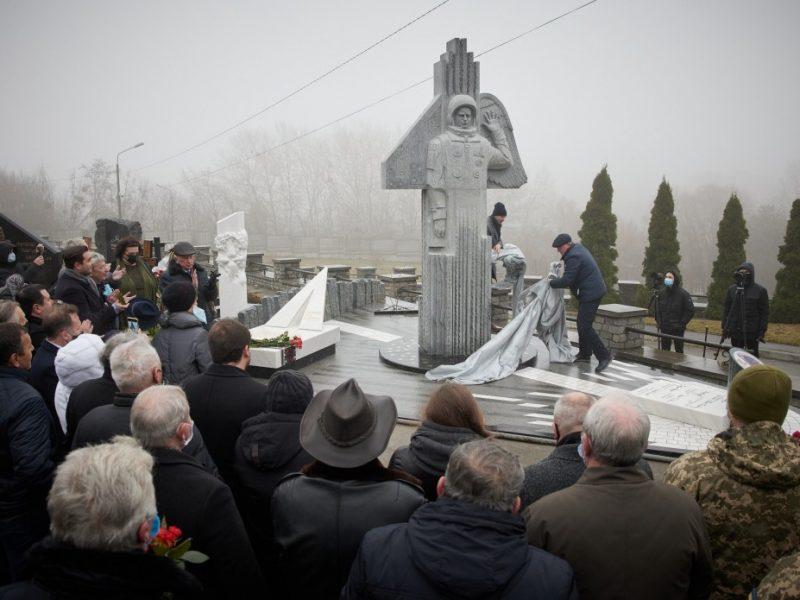В Украине открыли памятник космонавту Каденюку (ФОТО)