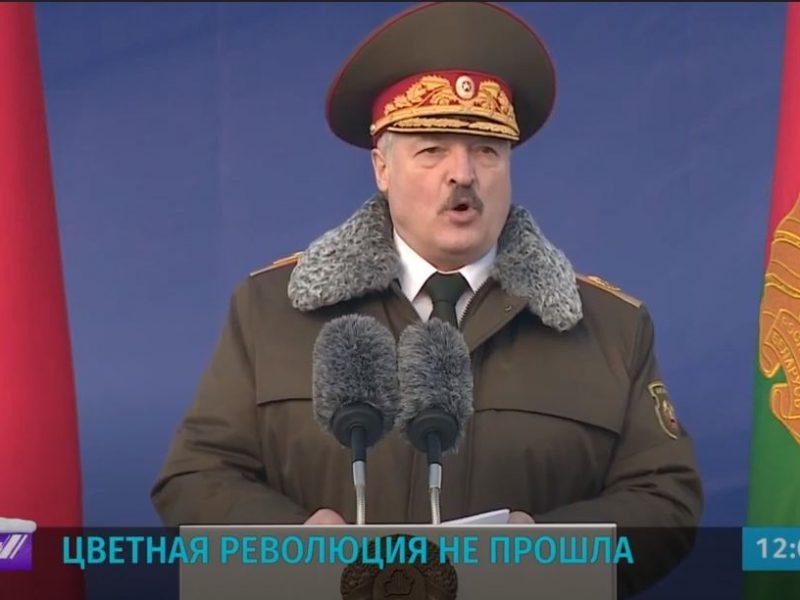 """Лукашенко получил берет """"настоящего омоновца"""" и пообещал защиту военным (ВИДЕО)"""