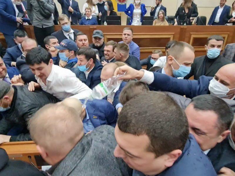 В Одесском облсовете новоизбранные депутаты подрались перед началом сессии (ВИДЕО)