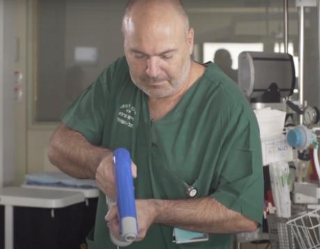 """Ученые создали пистолет, который """"зашивает"""" раны и ожоги (ВИДЕО)"""