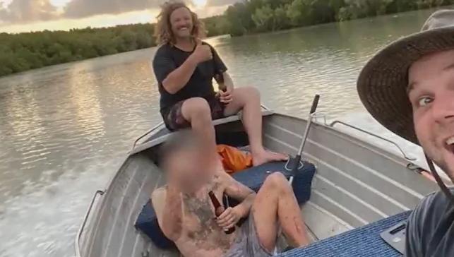 В Австралии рыбаки подобрали беглого уголовника, который 4 дня спасался на дереве от крокодилов (ВИДЕО)