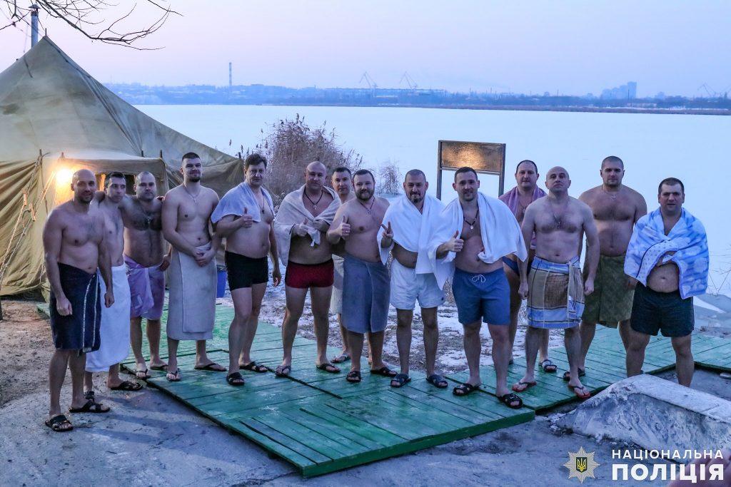 Крещение на Николаевщине: руководство полиции во главе с начальником одними из первых нырнули в ледяные воды Ингула (ФОТО) 1