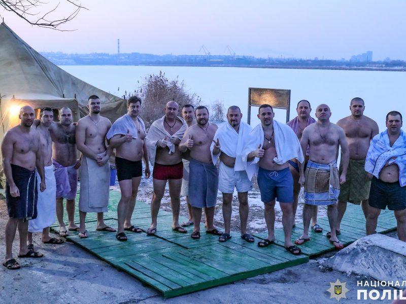 Крещение на Николаевщине: руководство полиции во главе с начальником одними из первых нырнули в ледяные воды Ингула (ФОТО)