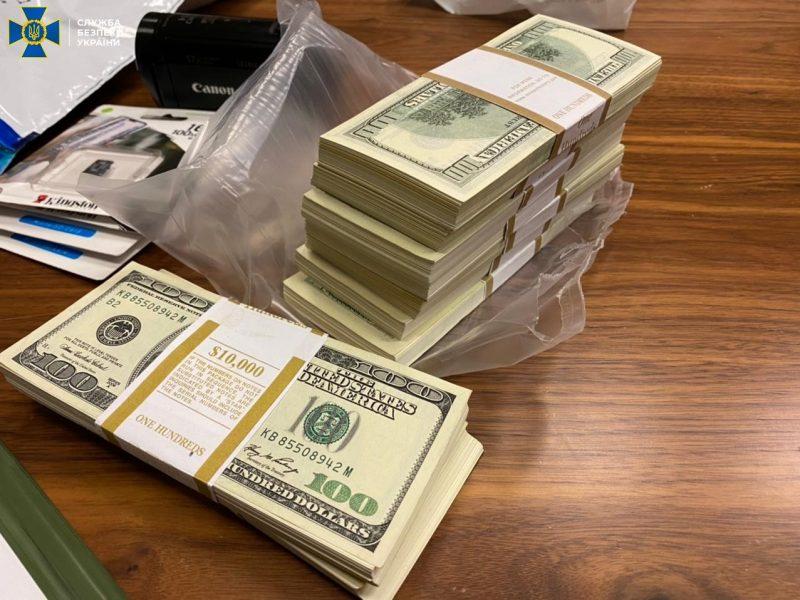 В Киеве действовала банда, которая за $200 тыс. обещала «трудоустроить» в Офис Президента или КМУ, – мошенника задержали с половиной суммы (ФОТО)