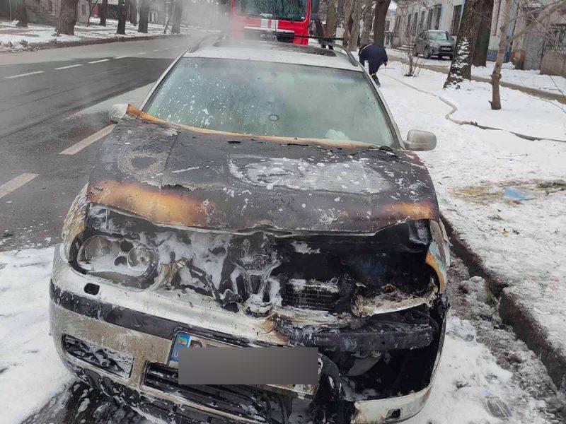 В Николаеве вспыхнул «Фольксваген», припаркованный на Никольской (ФОТО)