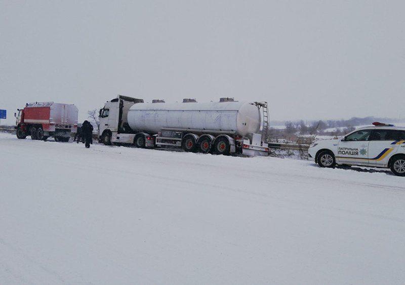 «Ситуация контролируема»: в Николаевской ОГА отчитались о борьбе со снегопадом на дорогах (ВИДЕО)