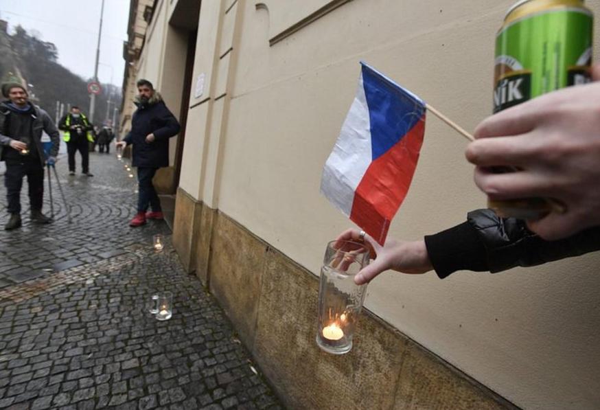 В Праге зажгли цепь свечей в пивных кружках против «антиковидных» запретов (ФОТО) 3