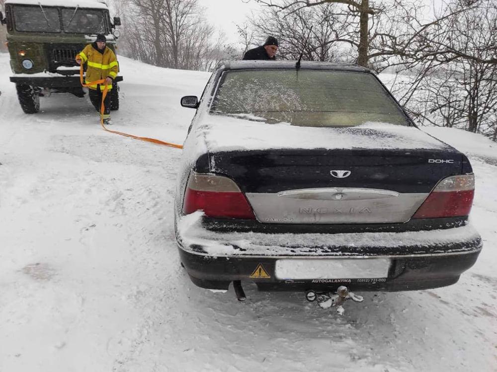 В Николаевской области спасатели продолжают доставать автомобили и «скорые помощи» из заносов. А снег идет (ФОТО) 1