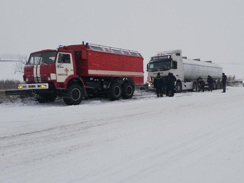 Снег на Николаевщине: спасатели трижды отбуксировали фуры, застрявшие у Мигии (ФОТО)
