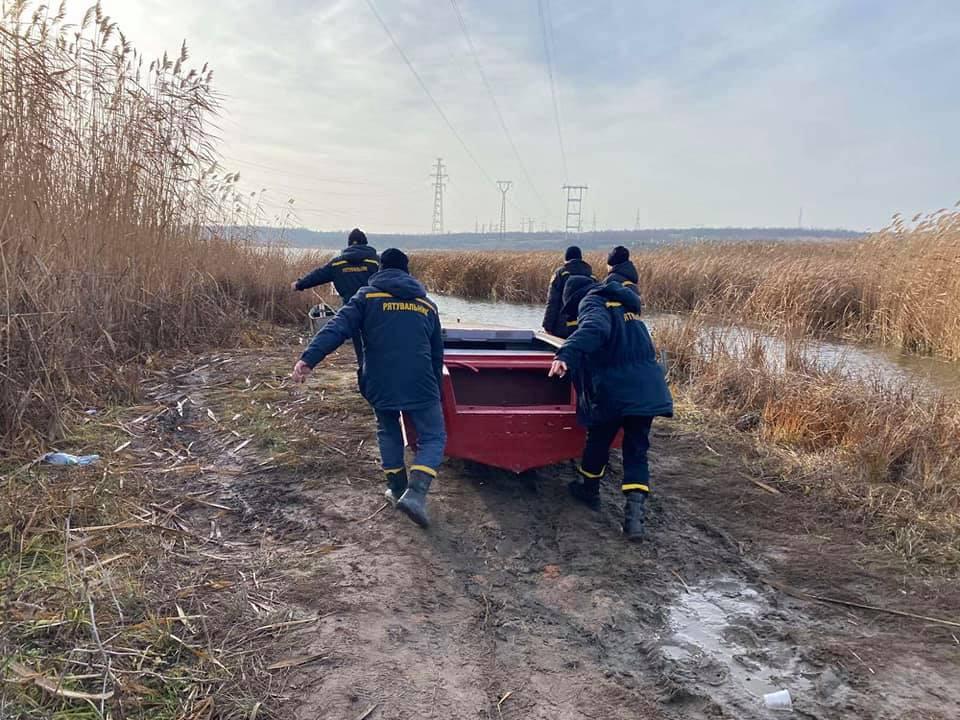 И с воздуха, и с воды: на Николаевщине продолжают искать двух утонувших рыбаков (ФОТО) 1
