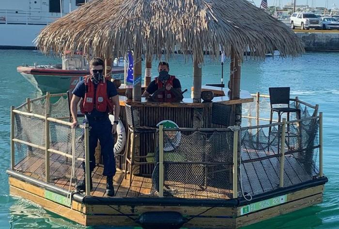 Во Флориде американец угнал плавучий бар и отправился на нем в Карибское море (ВИДЕО)