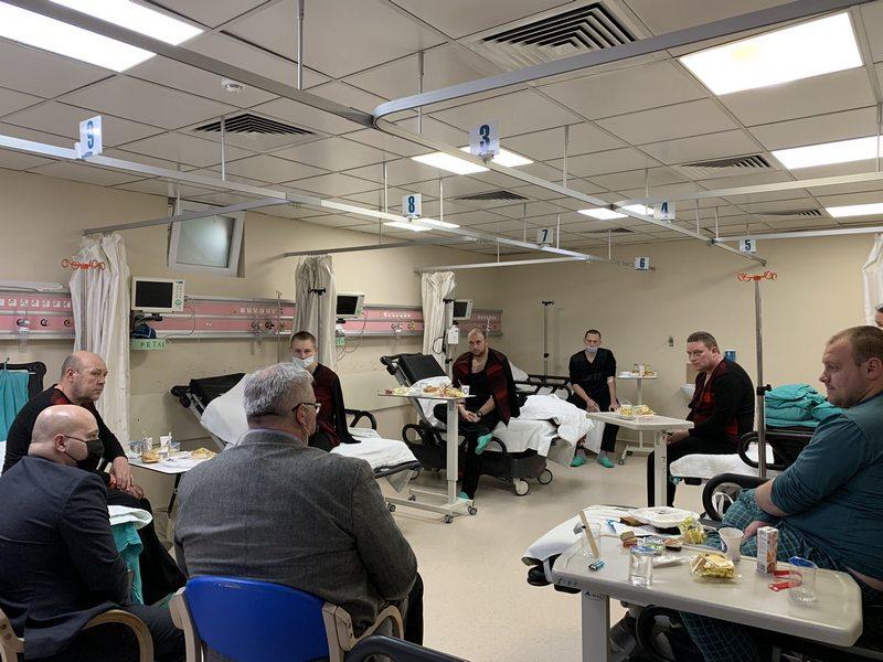 Украинские дипломаты в Турции посетили в больнице спасенных моряков. Они рассказали, что сухогруз затонул за минуты (ФОТО)