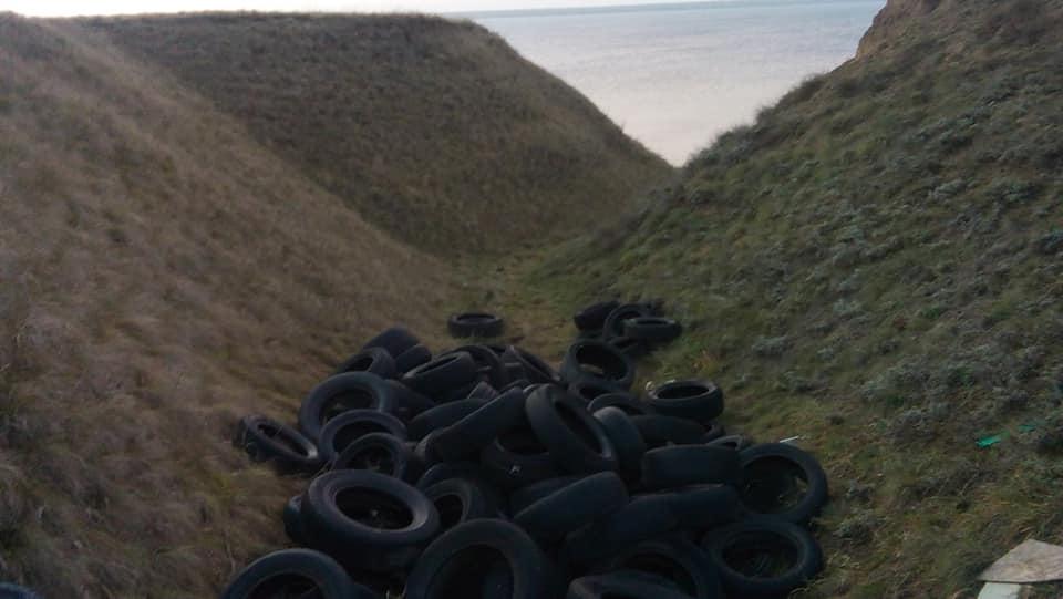 На николаевском курорте Черноморка обнаружили десятки старых автомобильных шин: рыбацкий запас или нелегальная свалка? (ФОТО) 3