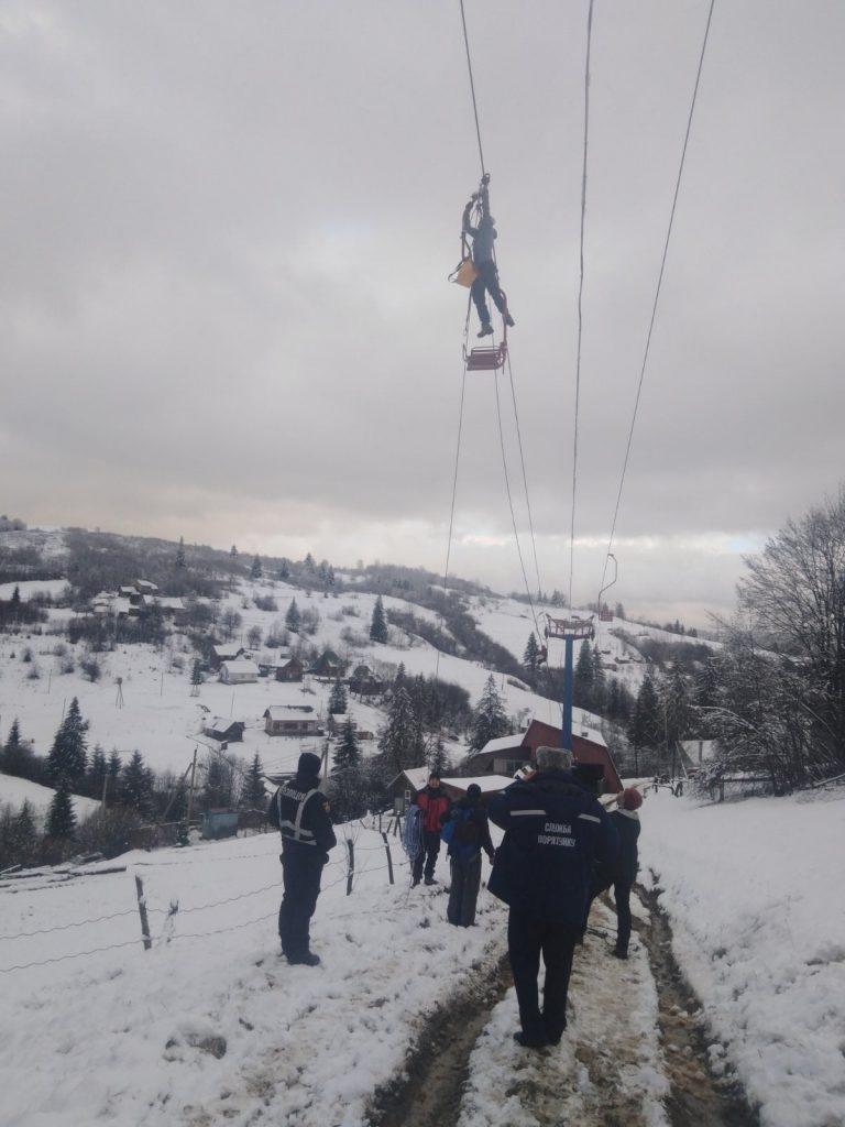 В Славском на подъемнике застряли 70 лыжников. Пока сняли только 29, включая 5 детей (ФОТО) 3