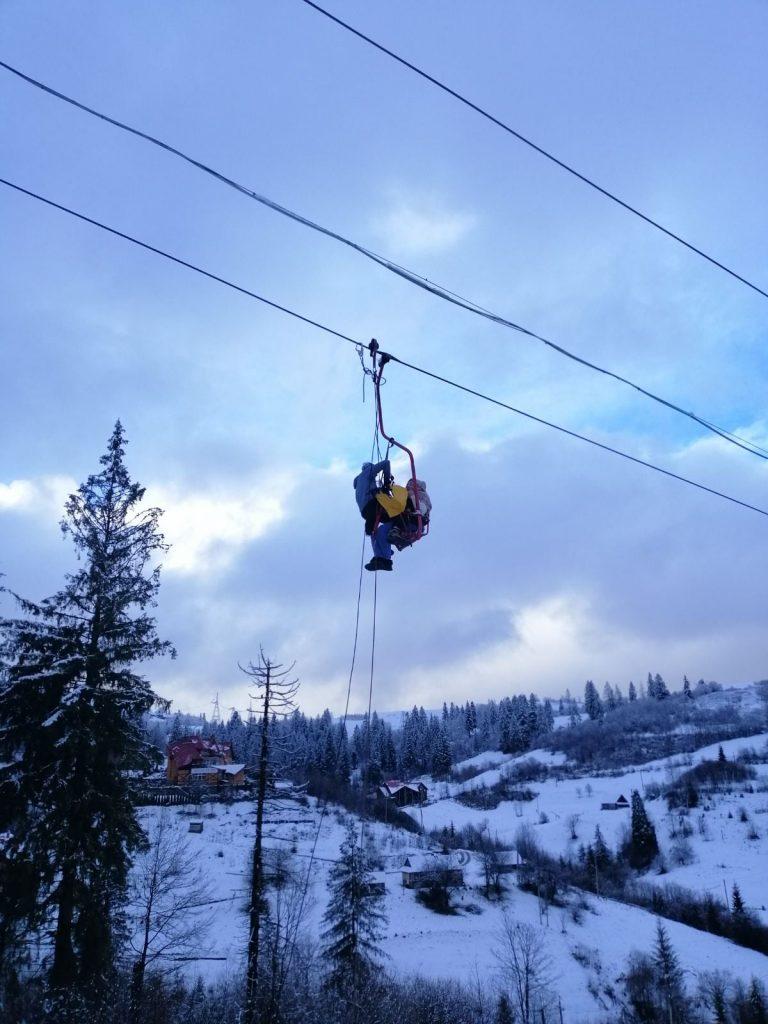 В Славском на подъемнике застряли 70 лыжников. Пока сняли только 29, включая 5 детей (ФОТО) 5
