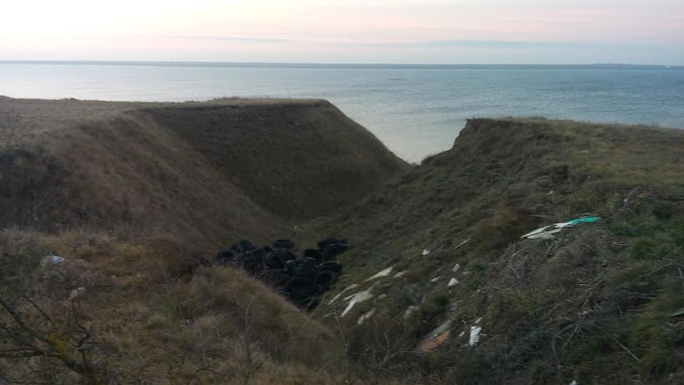 На николаевском курорте Черноморка обнаружили десятки старых автомобильных шин: рыбацкий запас или нелегальная свалка? (ФОТО) 5
