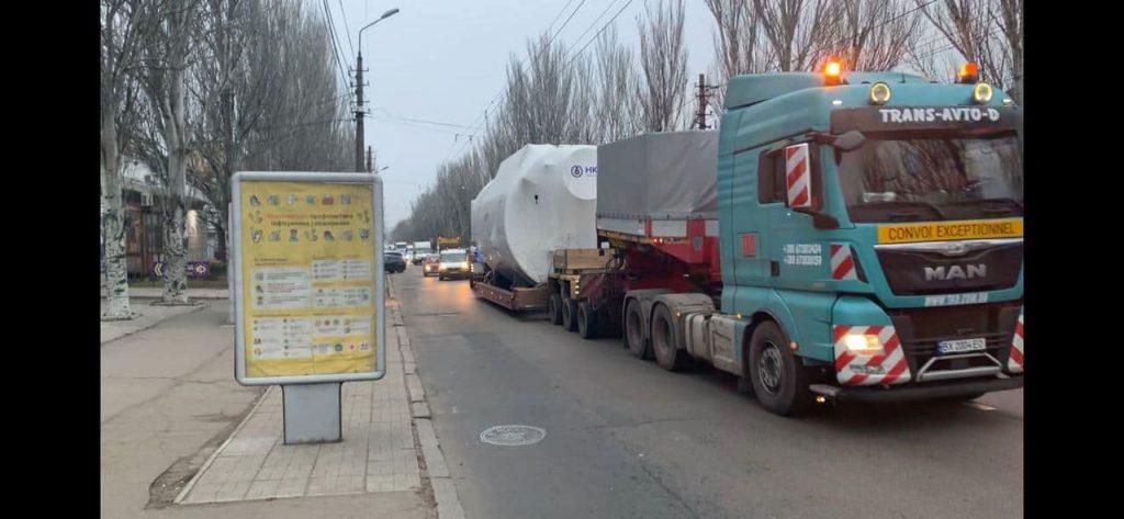 Огромный агрегат провезли по улицам Николаева в котельную на Намыве (ФОТО) 7