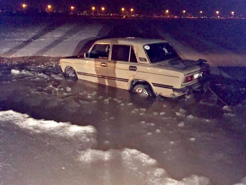 В Николаеве машина продавила лед и застряла в воде (ФОТО)