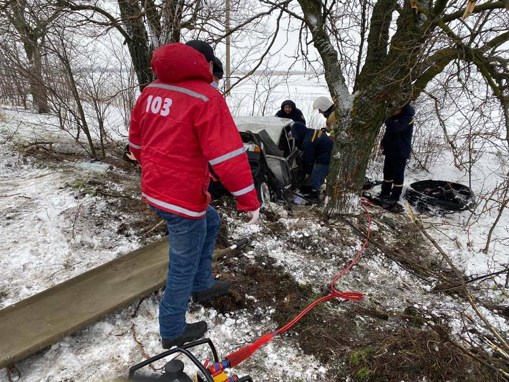 ДТП в Вознесенском районе: пострадавшего водителя из покореженного авто доставали спасатели (ФОТО) 1