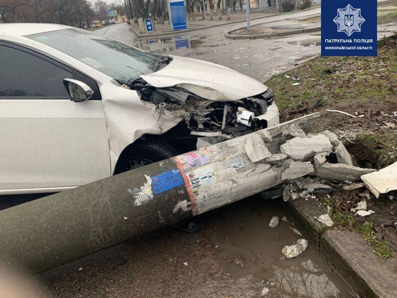 В Николаеве пьяный водитель на «Тойоте» свалил фонарный столб (ФОТО)