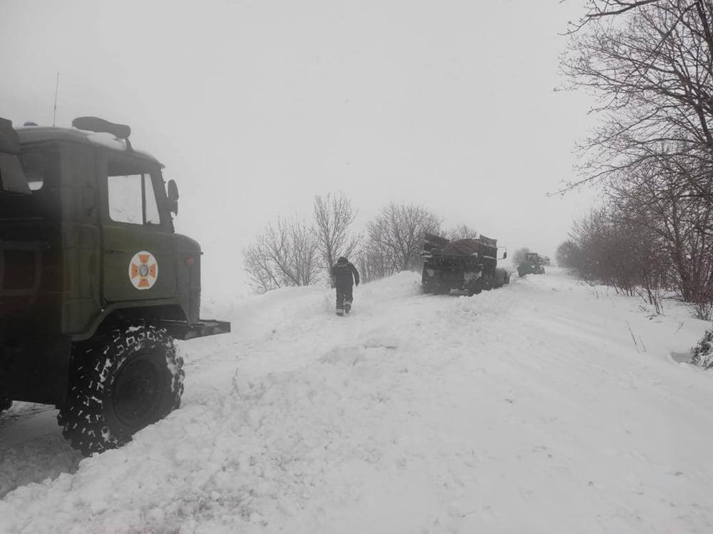 В Николаевской области спасатели продолжают доставать автомобили и «скорые помощи» из заносов. А снег идет (ФОТО) 3