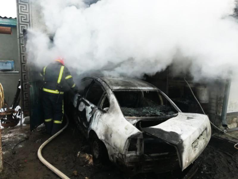 В воскресенье спасатели Николаевщины тушили автомобили, хозпостройки и жилые дома (ФОТО)