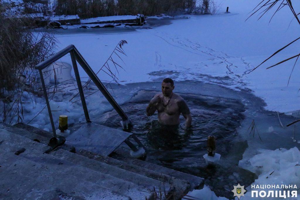 Крещение на Николаевщине: руководство полиции во главе с начальником одними из первых нырнули в ледяные воды Ингула (ФОТО) 3