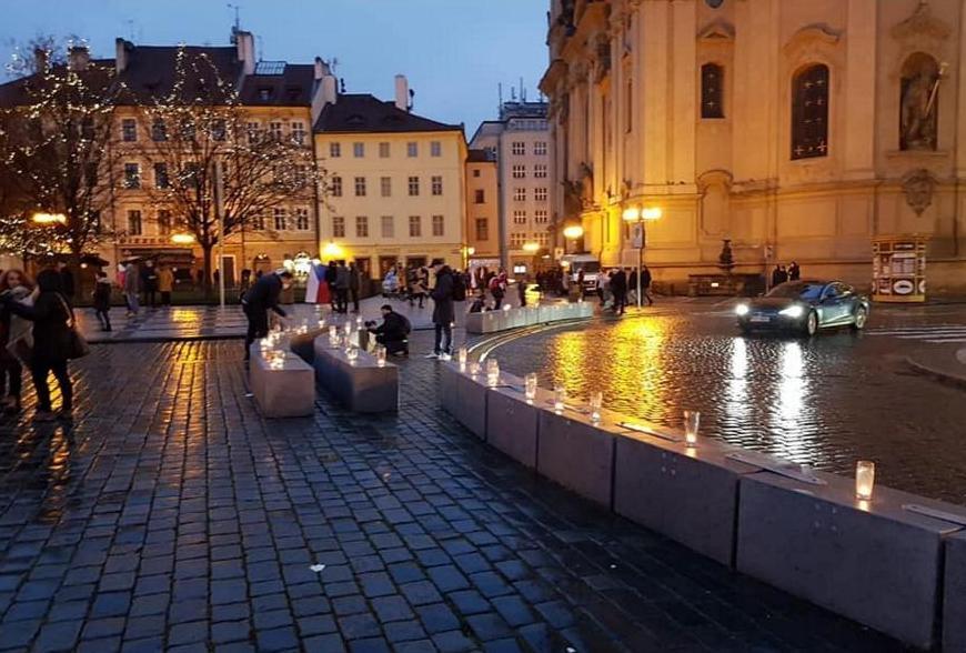 В Праге зажгли цепь свечей в пивных кружках против «антиковидных» запретов (ФОТО) 5