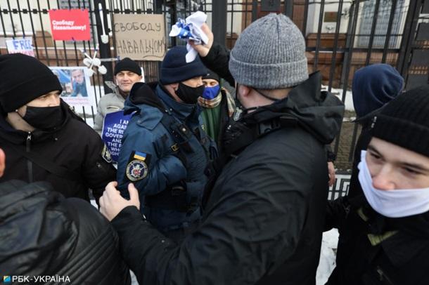 В Киеве произошли стычки возле посольства РФ (ФОТО)