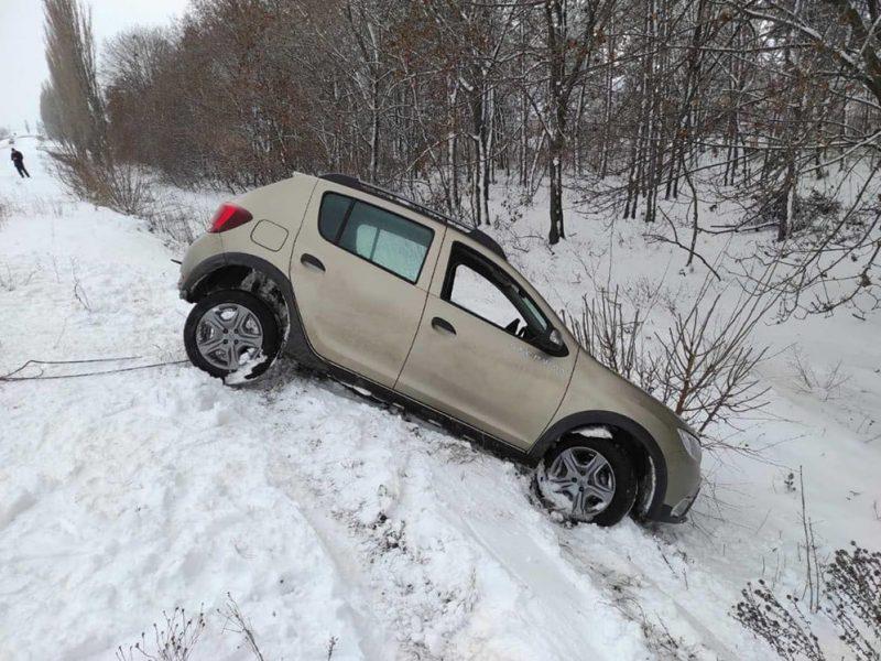 За день спасатели Николаевщины трижды вытаскивали легковушки из снежных заносов (ФОТО)