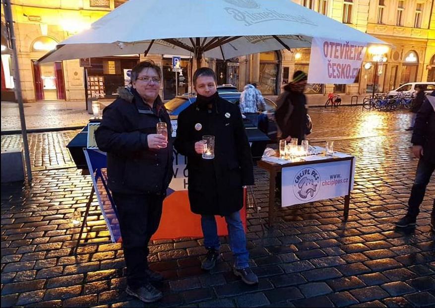 В Праге зажгли цепь свечей в пивных кружках против «антиковидных» запретов (ФОТО) 7